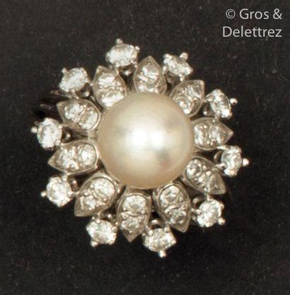 Bague «?Fleur?» en or gris, ornée d'une perle...
