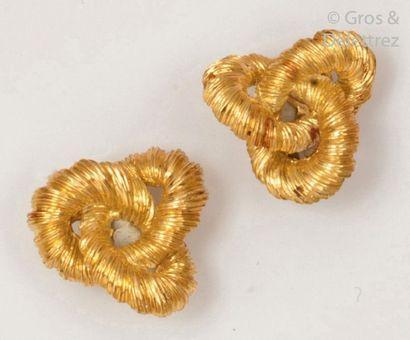 Paire de boucles d'oreilles en or jaune torsadé...