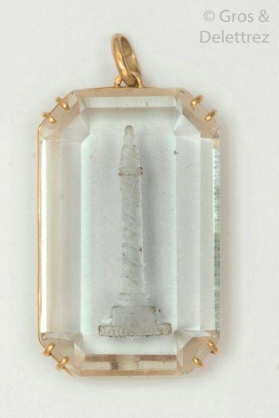 Pendentif en or jaune, orné d'un cristal de roche gravé de la colonne Vendôme. Longueur?:...