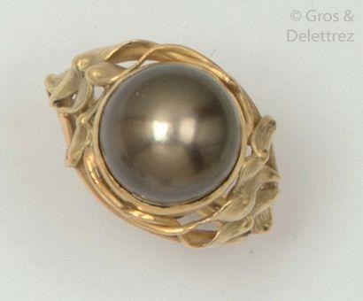 Bague en or jaune, ornée d'une perle de Tahiti....