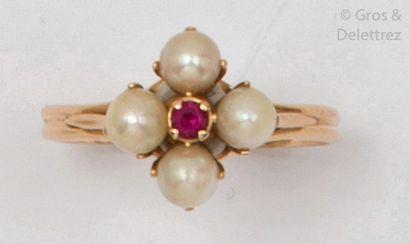 Bague en or jaune, ornée de quatre perles...