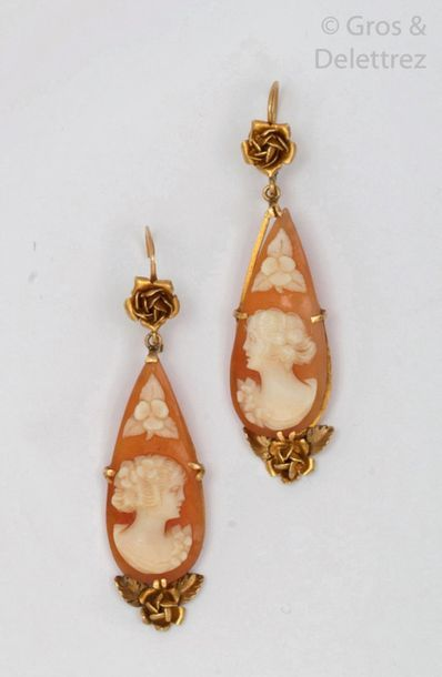 Paire de pendants d'oreilles en or jaune à décor de roses, sertis de camées coquille...
