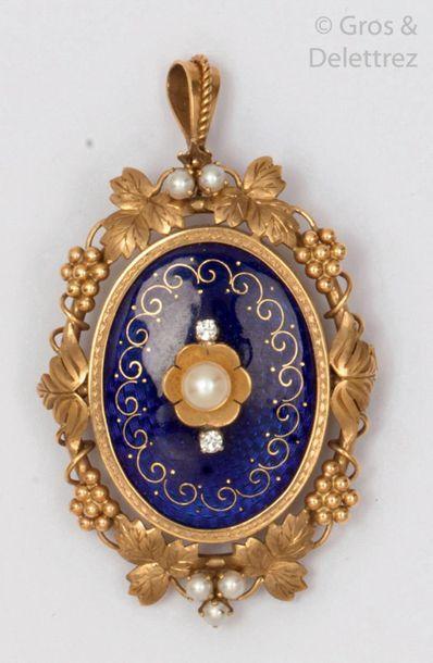Broche pendentif en or jaune émaillé bleu...