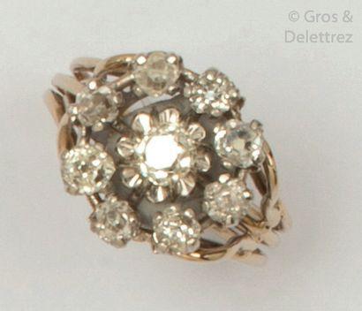 Bague «?Fleur?» en or gris, ornée de diamants...