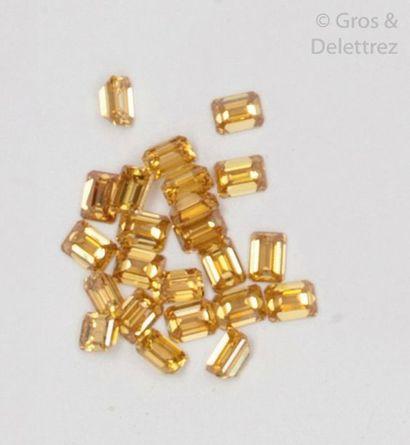 Diamants jaunes sur papier de taille émeraude....