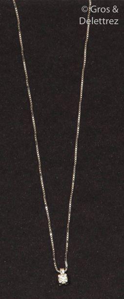 Collier pendentif en or gris, orné d'un diamant...