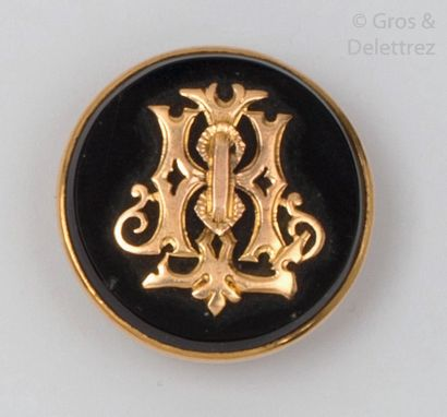 Pair of yellow gold and onyx buttons with a chased yellow gold number. P. Brut:...