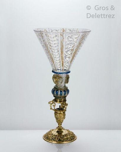 Très rare verre à coupe conique reposant sur un nœud godronné émaillé bleu et blanc,...