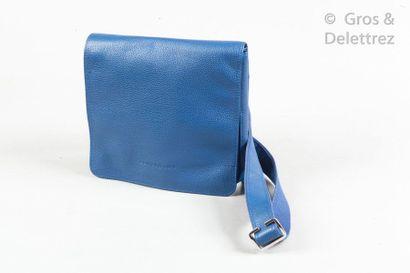LONGCHAMP Lot composé d'un sac besace 22cm et d'une couverture de cahier en cuir...
