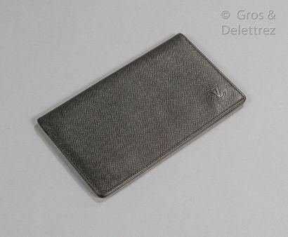 LOUIS VUITTON Portefeuille vertical en cuir Taïga vert foncé, intérieur faisant porte-cartes....