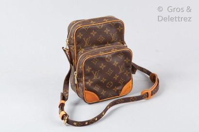 """LOUIS VUITTON Amazone"""" clutch bag 15cm in monogram canvas and natural leather, zippers,..."""