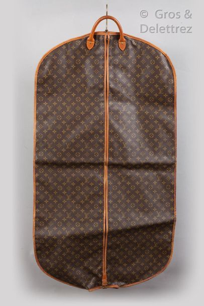LOUIS VUITTON Lot de deux housses porte-habits en toile monogram et cuir naturel,...