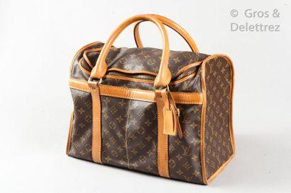 LOUIS VUITTON Lot composé de deux sacs à chaussures en toile Monogram et cuir naturel,...