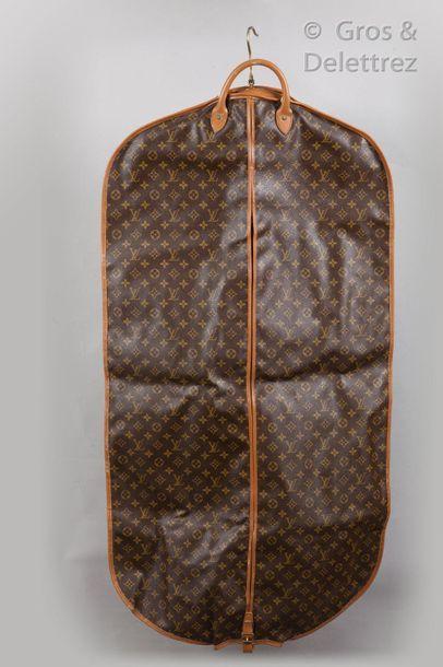 LOUIS VUITTON Lot de deux housses porte-habits à cintres en toile monogram et cuir...
