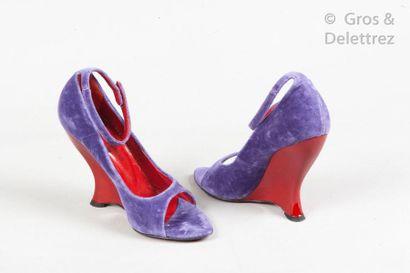 Yves SAINT LAURENT Rive Gauche Paire d'escarpins peep-toes en velours violet, brides...