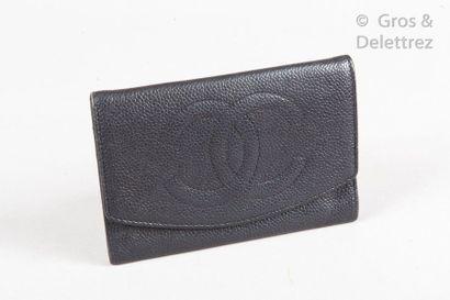 CHANEL Portefeuille, porte-monnaie en cuir grené noir réhaussé du sigle, poche extérieure...