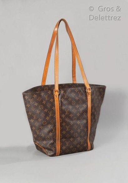 """LOUIS VUITTON Sac """"Shopping"""" 41cm en toile Monogram et cuir naturel, double anse...."""