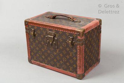 "Louis VUITTON Serrure n°134694  ""Boîte à pharmacie"" en toile Monogram, bordures..."