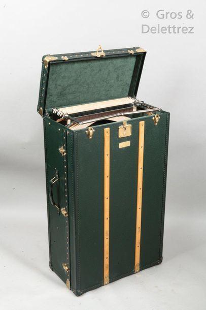 LOUIS VUITTON N°1033772 - Serrure n°1234325 _x000D_  Wardrobe en cuir taïga épicéa...