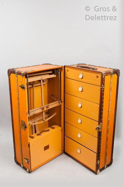 Louis VUITTON Champs Elysées Serrure n°065869  Wardrobe en vuittonite orange, bordures,...