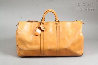 """LOUIS VUITTON Sac """"Keepall"""" 60cm en cuir naturel, fermeture éclair à double curseur,..."""