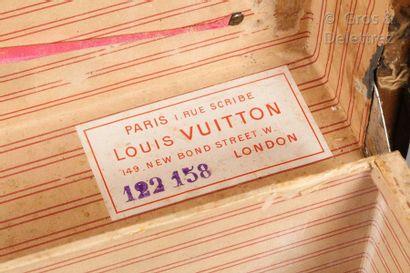 """Louis VUITTON rue Scribe N°122158  Malle courrier en toile marron chiffrée """"B.H.C"""",..."""