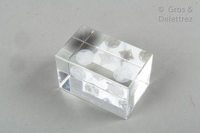 LOUIS VUITTON Presse-papiers en verre représentant les fleurs de Monogram.  Dimensions...