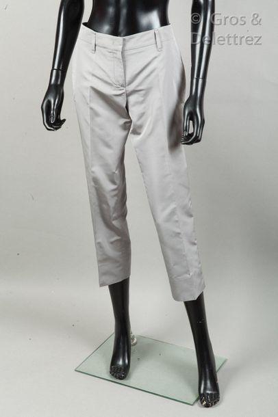 PRADA Lot composé de deux pantalons corsaires en nylon, l'un beige, l'autre gris....