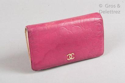 CHANEL Portefeuille, porte-monnaie, porte cartes en cuir agneau rose matelassé à...