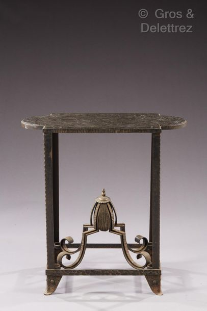 TRAVAIL DES ANNÉES 30 Table-desserte en fer forgé, plateau en marbre noir.  H?: 78...