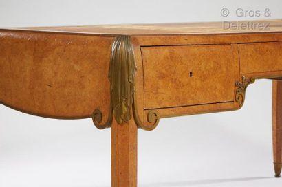 Jules LELEU (1883-1961) Bureau plat en placage de ronce de noyer à plateau rectangulaire...
