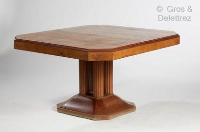 Jules LELEU (1883-1961) Table de salle à manger modèle n°21 à rallonges et sa suite...