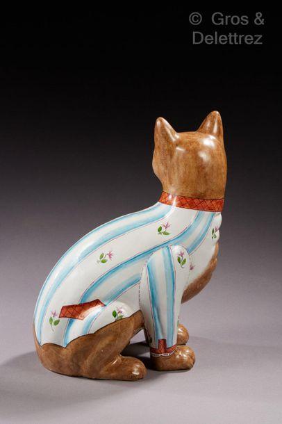 Émile GALLÉ (1846-1904) Sujet en faïence émaillée polychrome figurant un chat assis....