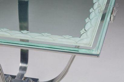 EDGAR BRANDT (1880-1960) Table de milieu à plateau rectangulaire en verre à décor...
