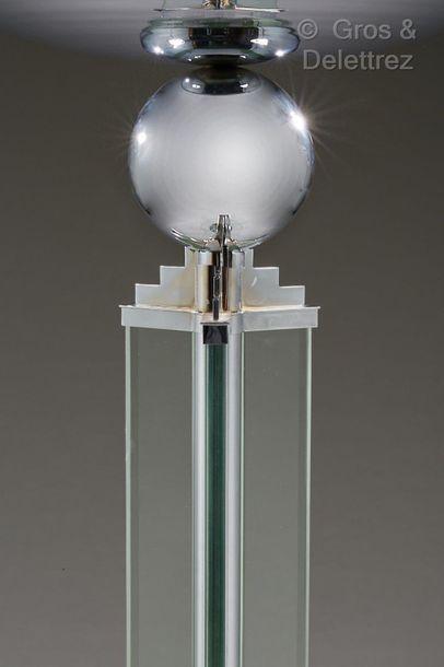 JACQUES ADNET (1900-1984) Lampadaire moderniste à armature en bronze chromé enserrant...