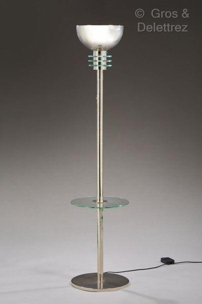 LOUIS DAMON (1860-1947) Lampadaire moderniste en métal chromé à fut cylindrique enserrant...