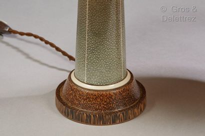 Clément ROUSSEAU (1872-1950) Paire de lampes en bois de palmier à fut gainé en galuchat...