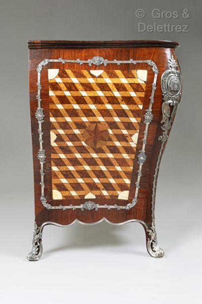 Rare commode de forme galbée à façade en arbalète, en placage de palissandre, bois...