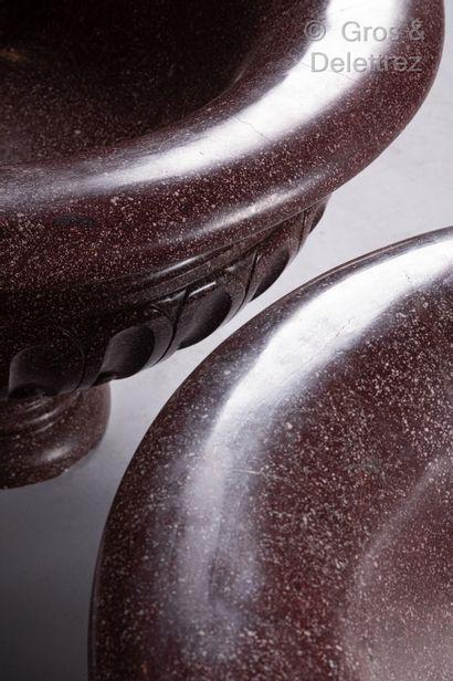 Rare paire d'impressionnantes vasques ovales en porphyre mouluré et sculpté, la...