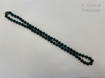 Sautoir composé d'un rang de perles d'agates...