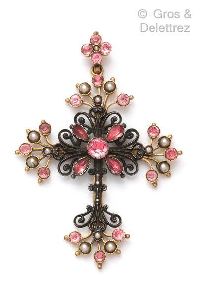 Croix en métal doré et argent formant volutes...