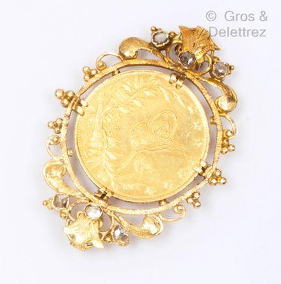 Broche en or jaune, ornée d'une pièce orientale...