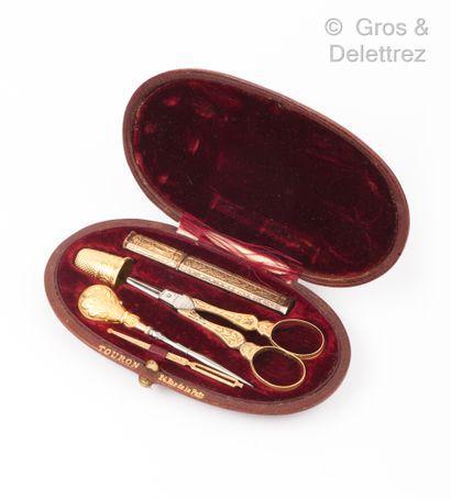 Nécessaire à couture en or jaune ciselé à...