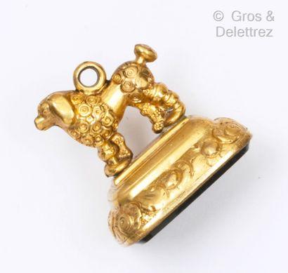 Cachet en métal doré, représentant un caniche...