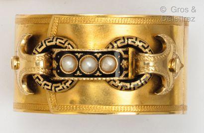 Bracelet manchette en or jaune ciselé à décor...