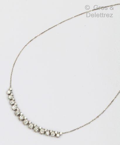 Collier en or gris, orné d'une ligne de diamants...
