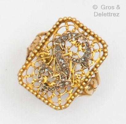 Bague en or jaune à motifs ajourés de perles...