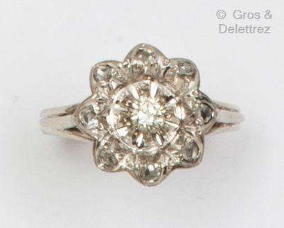 Bague «Fleur» en or gris, ornée d'un diamant...