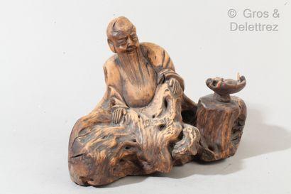 Racine sculpté figurant un vieillard assis...