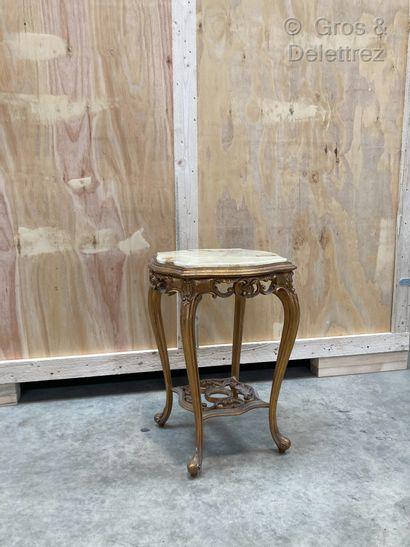 Petite table sur quatre pieds galbés réunis...